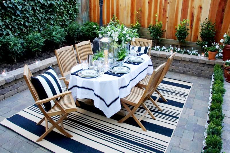 Dark-blue-and-white-dinner-party-outdoor-dining-room-teak-furniture