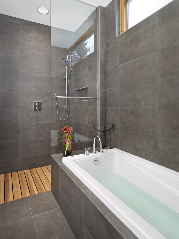 modern-ensuite-shower-and-bath-tub