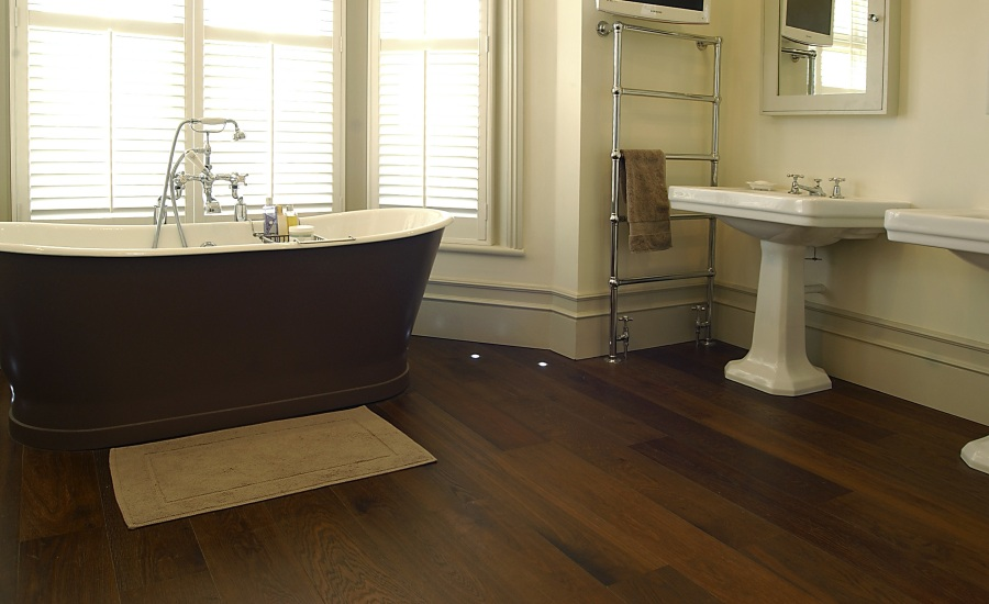natural-look-bathroom-with-wood-floor