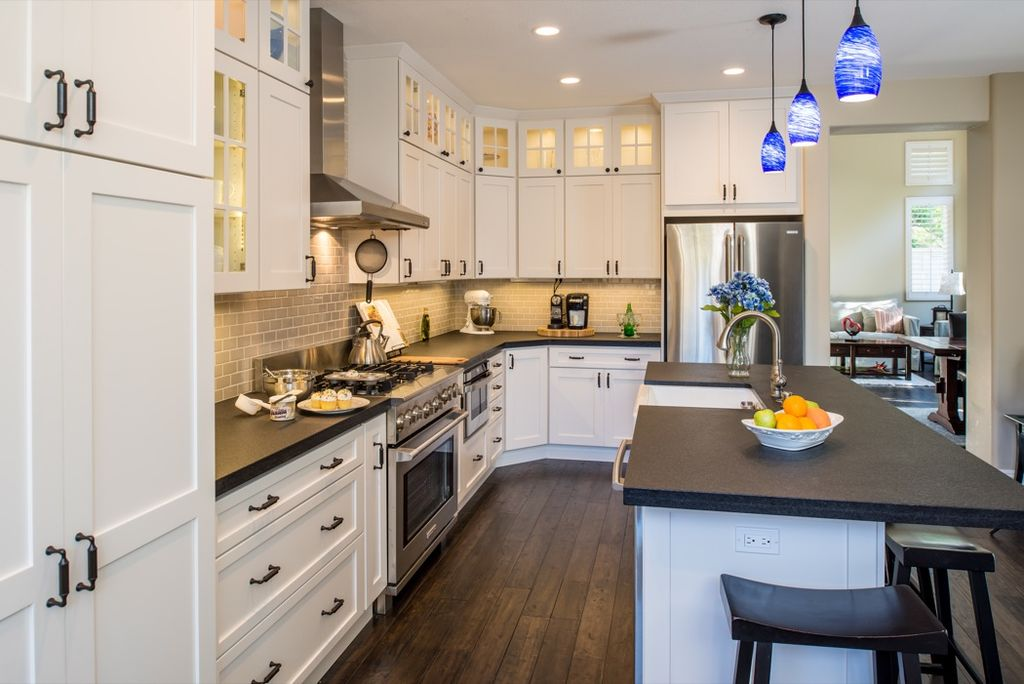 traditional-kitchen-with-flat-panel-cabinets