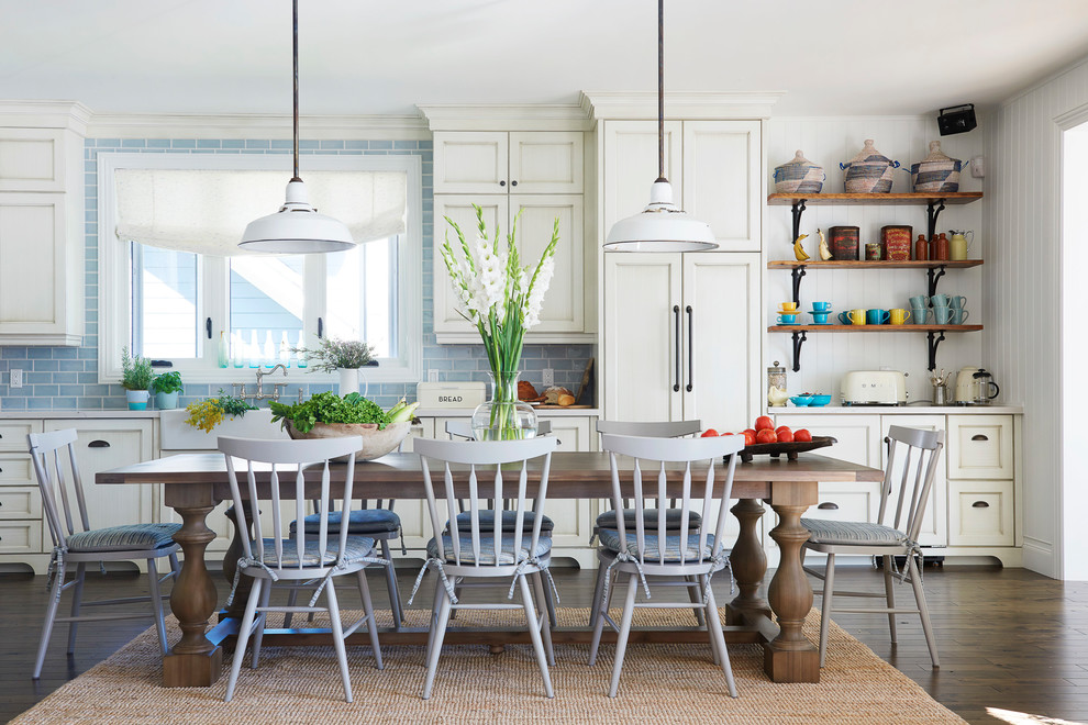 Large Beach Style Eat-in Kitchen
